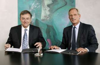 Norbert Reithofer, Chairman of the Board of Management of BMW AG, and Michael Diekmann, Chairman of the Board of Management of Allianz SE, at the signing of the Declaration of Intent to intensify their cooperation in Munich on 24 September 2009 (09/2009)