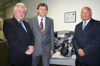 BMW Werk Steyr – Spende eines BMW 6-Zylinder-Dieselmotors an die TU Graz (11/2009)