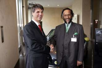 United for Sustainability: Harald Krüger, Member of the Board, BMW AG (left), and Nobel Laureate and Chairman of the UN IPCC (International Panel on Climate Change) Dr Rajendra Pachauri at the BMW Group Sustainability Summit in Berlin (12/2009)