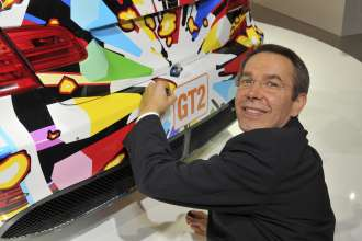 Jeff Koons signing the 17th BMW Art Car (05/2010)