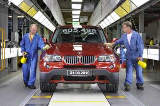 The last first generation BMW X3 rolls off the production line in Graz. (09/2010)