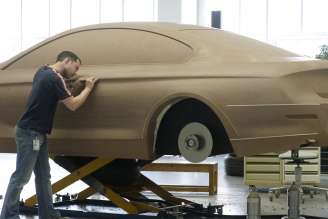 A modeller working on the clay model of the BMW 6 Series Coupe (03/2011).
