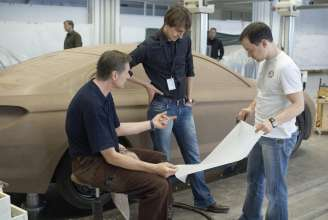 Modeller discussing at the clay model of the BMW 6 Series Coupe (03/2011).