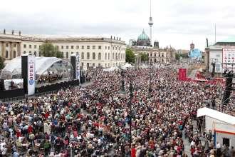 Rund 25.000 Besucher versammelten sich bei Staatsoper für alle am 26. Juni 2011 auf dem Berliner Bebelplatz. (06/2011)