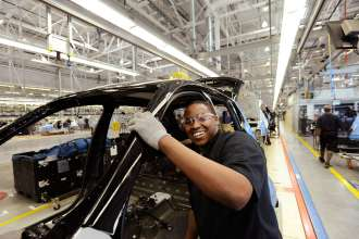 Mitarbeiter arbeitet in der Fahrzeugmontage im BMW Werk Spartanburg. (02/2012)