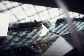 Kunde bei Abholung des BMW 5er Touring in der BMW Welt. (Geschäftsbericht - Shooting) (02/2012)