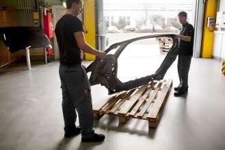 Karosserie-Seitenteil des Megacity Vehicle aus CFK im BMW Werk Landshut. (02/2012)