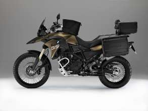 BMW F 800 GS with special equipment: Vario luggage system, tank bag, Akrapovič sports silencer, windscreen large (tinted), comfort seat, enduro footrests, BMW Navigator IV, hand protectors, crash bars, aluminium engine guard, LED auxiliary headlight