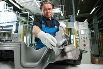 BMW Werk Landshut: Cockpit und Ausstattung: Cockpitfertigung BMW i, Innovation Dummyhaut  (03/2013)