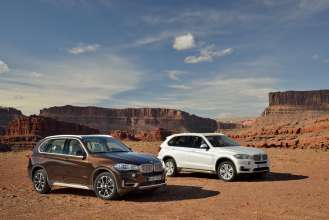 The new BMW X5 xDrive50i in Sparkling Brown and the new BMW X5 xDrive30d in Mineralwhite 