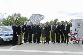 Im Rahmen des Schaufensters Bayern – Sachsen ELEKTROMOBILITÄT VERBINDET wurde heute an der BMW Welt eine DC-Schnellladestation in Betrieb genommen. Harald Krüger, Mitglied des Vorstands der BMW AG, Produktion, und der Bayerische Wirtschaftsminister Martin Zeil gaben gemeinsam mit 7 weiteren Projektpartnern den Startschuss (07/2013).