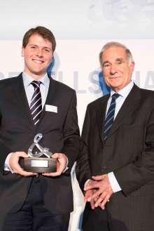 BMW Group Auszeichnung für gesellschaftliches Engagement ihrer Mitarbeiter 2013: Preisträger Alexis de Chabot und Laudator Volker Doppelfeld. (11/2013)
