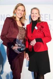BMW Group Auszeichnung für gesellschaftliches Engagement ihrer Mitarbeiter 2013: Preisträgerin Daniela Feuchtmeyer und Laudatorin Nicole Haft-Zboril. (11/2013)