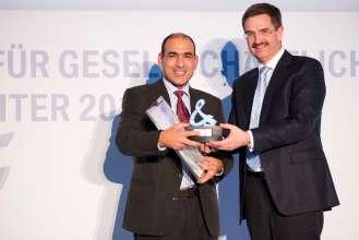 BMW Group Auszeichnung für gesellschaftliches Engagement ihrer Mitarbeiter 2013: Preisträger Hamdi Louati und Laudator Manfred Schoch. (11/2013)