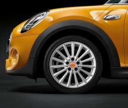 MINI Cooper S with complete wheel styling 505 bright silver and Center Emblem orange. (03/2014)