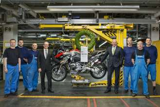 BMW plant Berlin manufactures 500,000th BMW GS motorcycle with boxer engine. Dr. Marc Sielemann, Head of Production BMW Motorrad and Stephan Schaller, President BMW Motorrad with employees of the BMW plant Berlin. (03/2014)