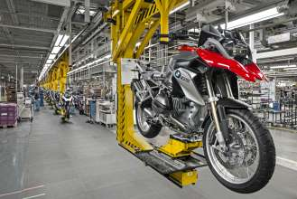 BMW plant Berlin manufactures 500,000th BMW GS motorcycle with boxer engine. (03/2014)