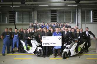 BMW Werk Berlin: Start der Serienproduktion des BMW C evolution. Projekt- und Produktionsteam. (04/2014)