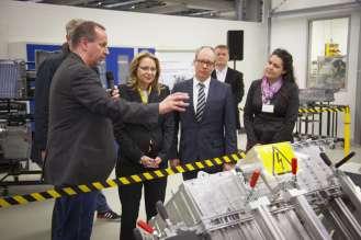 BMW Werk Berlin: Start der Serienproduktion des BMW C evolution. Werksprojektleiter Thomas Wujecki erklärt Cornelia Yzer, Senatorin für Wirtschaft, Technologie und Forschung, die Antriebstechnologie des BMW C evolution. (04/2014)