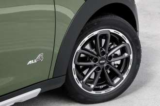 The new MINI Countryman - 17-inch light alloy wheel in new 5-Star Triangle Spoke Anthracite Design. (04/2014)