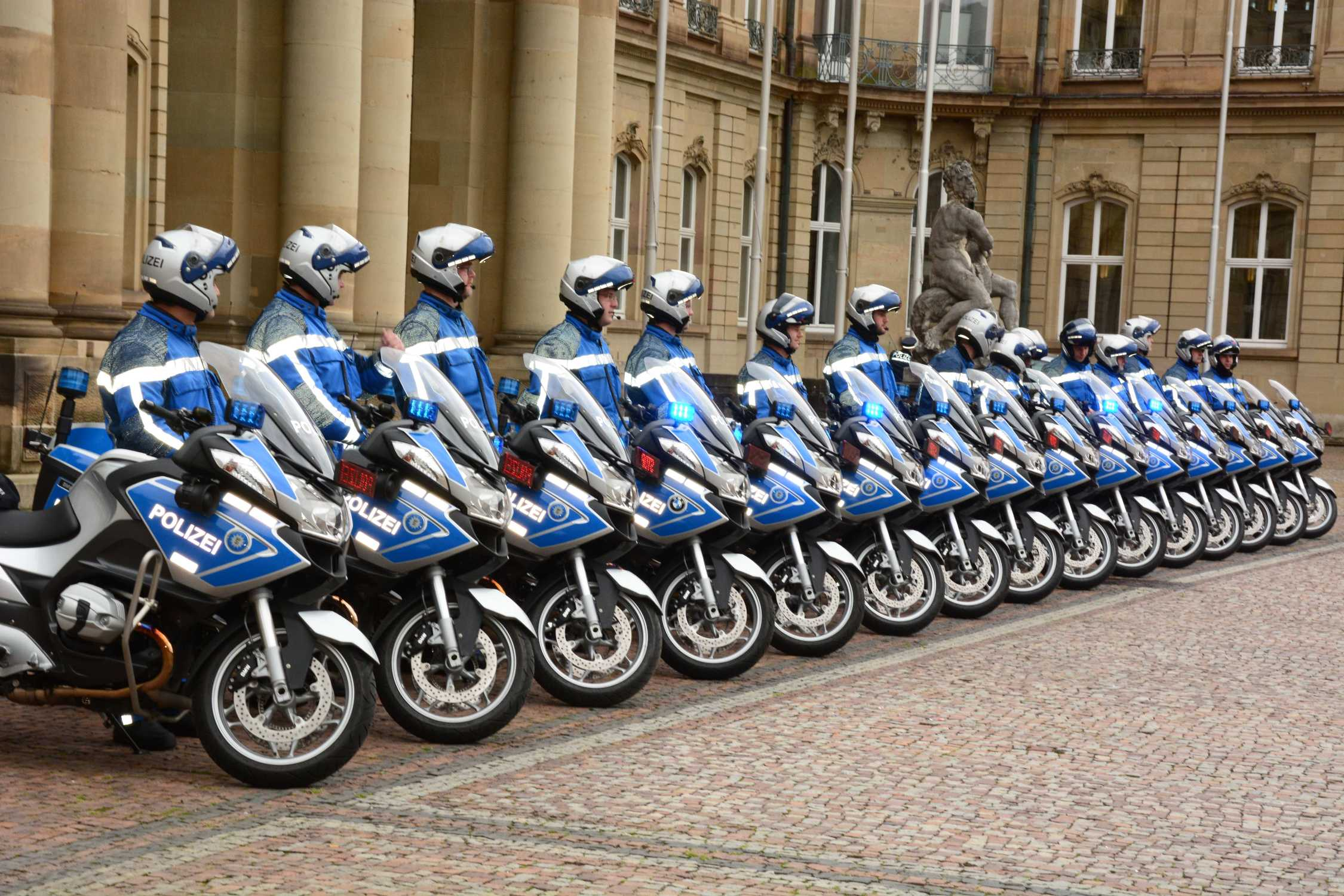 Bmw Motorrad Ubergibt 44 Bmw R 1200 Rt An Die Polizei Baden Wurttemberg