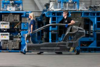 BMW Plant Landshut: new innovation and production centre for CFRP – employees carry a BMW i8 side frame. (06/2014)
