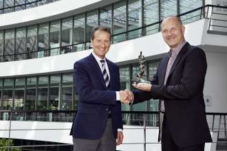 Handover of the 12th Internet Award from Thomas Weiss, Chief Editor AutoScout24, to Dr. Herbert Diess, Member of the Board of Management of BMW AG, Development. (07/2014)