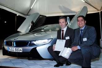 Gewinner Leibingerpreis Innovationspreis: Dr. Helmut Erdl und Dr. Abdelmalek Hanafi vor dem BMW i8 mit Laserlicht (09/2014).