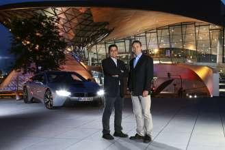 Dr. Abdelmalek Hanafi und Dr. Helmut Erdl mit dem BMW i8 mit Laserlicht (09/2014).