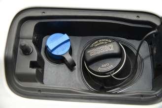 Einfüllstutzen für AdBlue® (links) und Diesel-Kraftstoff (rechts), (01/2015)