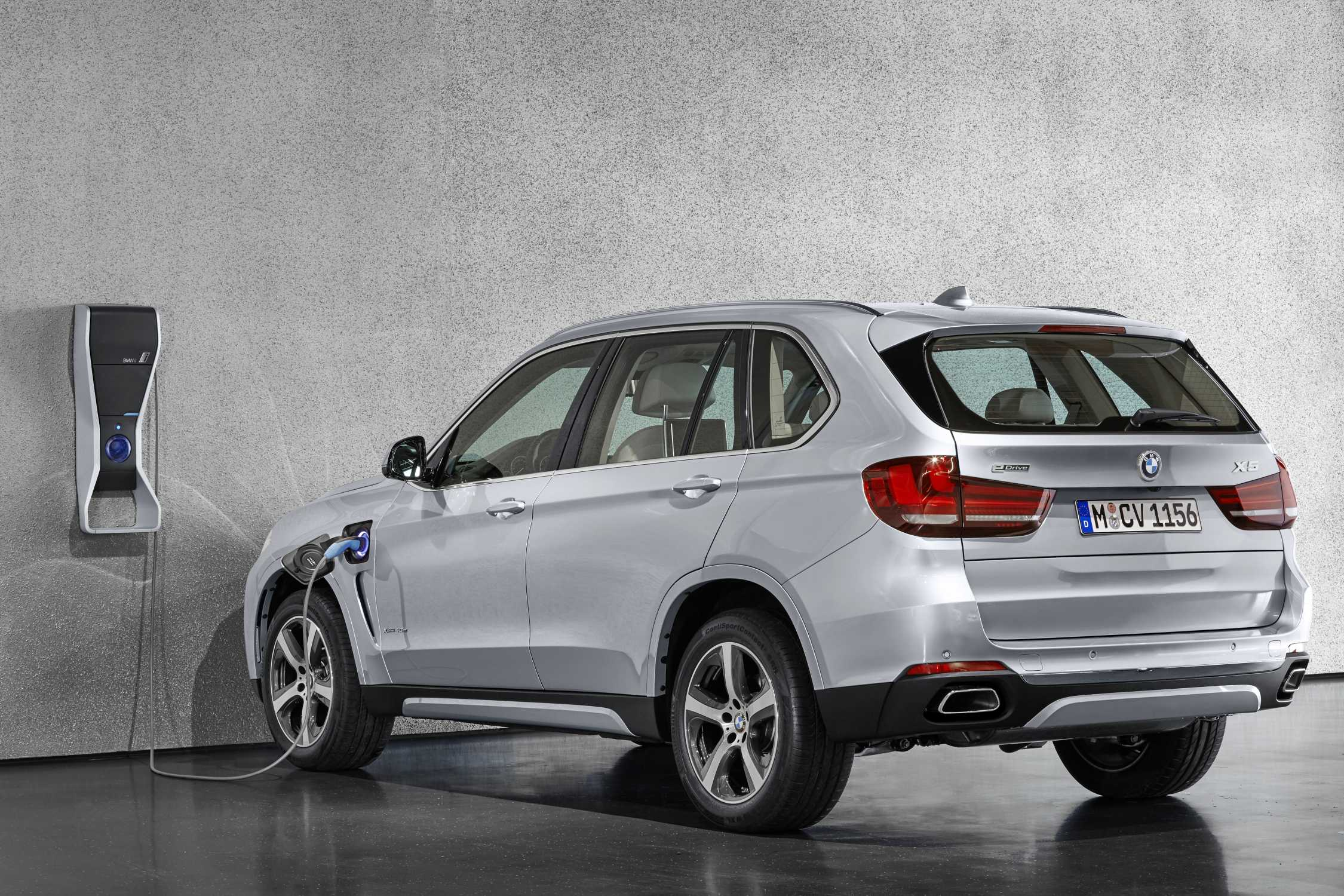 the new bmw x5 xdrive40e with bmw i wallbox pure. Black Bedroom Furniture Sets. Home Design Ideas