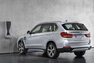 The new BMW X5 xDrive40e with BMW i Wallbox Pure.