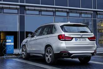 The new BMW X5 xDrive40e with ChargeNow charging station.