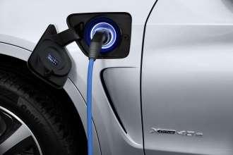 The new BMW X5 xDrive40e. Charging status: Charging in progress.