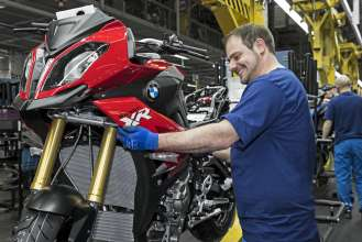 Start of Production of the new S 1000 XR at the BMW Plant Berlin - - Finish, Assembly side panel (04/2015).