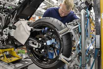 Start of Production of the new S 1000 XR at the BMW Plant Berlin - Assembly line, rear wheel (04/2015).