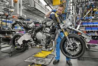 Start of Production of the new S 1000 XR at the BMW Plant Berlin - Assembly line, telescopic fork  (04/2015).