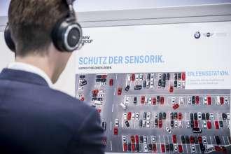 Mitarbeiter der BMW Group erleben in der Lernwerkstatt des WPS-Centers das Thema wertschöpfungsorientiertes Produktionssystem (WPS).
