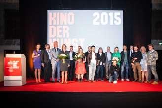 Preisverleihung von KINO DER KUNST am 26. April 2015: Moderatorin Nina Eichinger sowie Jurymitglieder und Preisträger in der Akademie der Bildenden Künste München