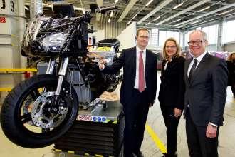 Investitionen in Millionenhöhe für das Berliner BMW Motorradwerk – (v.l.n.r.) Michael Müller, Regierender Bürgermeister Berlins; Cornelia Yzer, Berliner Wirtschaftssenatorin, und Dr. Marc Sielemann, Leiter Produktion BMW Motorrad. (04/2015).