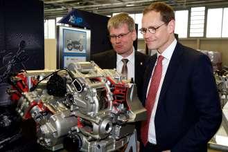 Investitionen in Millionenhöhe für das Berliner BMW Motorradwerk – (v.l.n.r.) Helmut Kleebank, Bezirksbürgermeister Berlin Spandau, und Michael Müller, Regierender Bürgermeister Berlins. (04/2015).