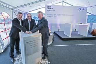 BMW Group Werk München stellt Weichen für die Zukunft: Grundsteinlegung für neue Lackiererei.   - (v.l.n.r.) Manfred Schoch, Vorsitzender Gesamtbetriebsrat BMW AG; Hermann Bohrer, Leiter BMW Group Werk München; Dieter Reiter, Oberbürgermeister Stadt München (04/2015).
