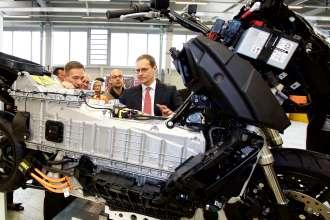Investitionen in Millionenhöhe für das Berliner BMW Motorradwerk –Michael Müller, Regierender Bürgermeister Berlins in der Montage des Elektro-Maxi-Scooters BMW C evolution (04/2015)