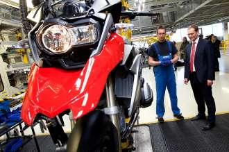 Investitionen in Millionenhöhe für das Berliner BMW Motorradwerk – Michael Müller, Regierender Bürgermeister Berlins, im Gespräch mit einem BMW Mitarbeiter (04/2015)