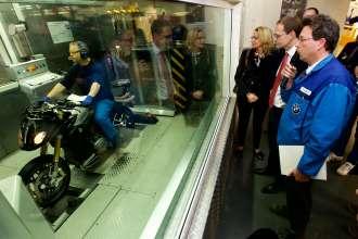 Investitionen in Millionenhöhe für das Berliner BMW Motorradwerk – Michael Müller, Regierender Bürgermeister und Cornelia Yzer, Berliner Wirtschaftssenatorin, besuchen die BMW Motorradmontage (04/2015)