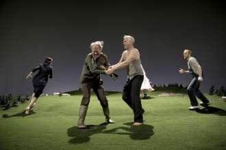 DANCE 2015: THE LAND von Peeping Tom. Urauführung am 8. Mai 2015 im Cuvilliéstheater. V.l. Marie Gyselbrecht, Paul Wolff-Plottegg, Arthur Klemt, Lukas Turtur. (c) Pohlmann (05/2015)