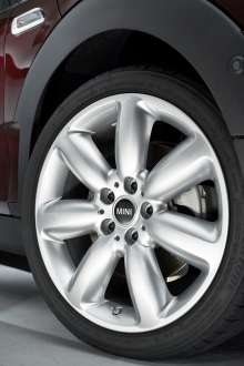 The new MINI Clubman. 18'' alloy wheels Star Spoke silver. (06/2015)