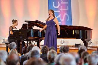 Emma Moore, Gewinnerin des Richard-Strauss-Gesangswettbewerbs 2015, am Klavier begleitet von Susanna Klovsky (06/2015)