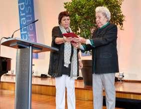 Kammersängerin Brigitte Fassbaender verleiht die Ehrenplakette Richard Strauss an Kammersängerin Christa Ludwig (06/2015)