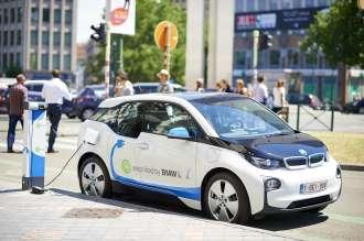 15 BMW i3s for Zen Car in Brussels – BMW i3 in Zen Car branding charging at the parking Porte de Namur/Naamsepoort (07/2015).